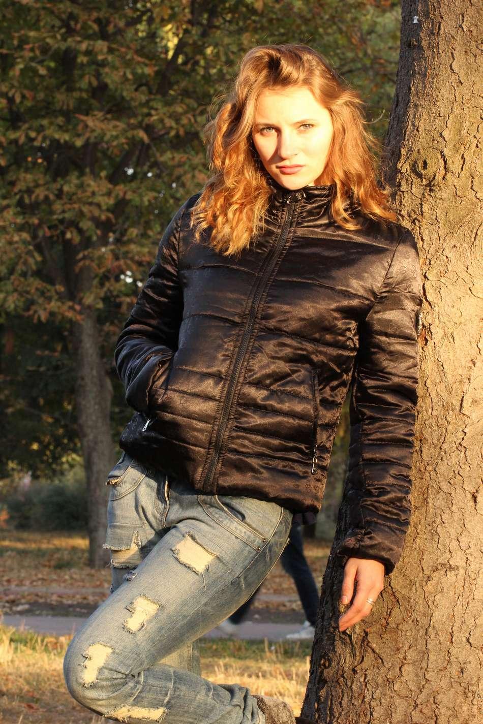 Черная короткая атласная куртка с оттиском логотипа по ткани и утеплителем тинсулейт