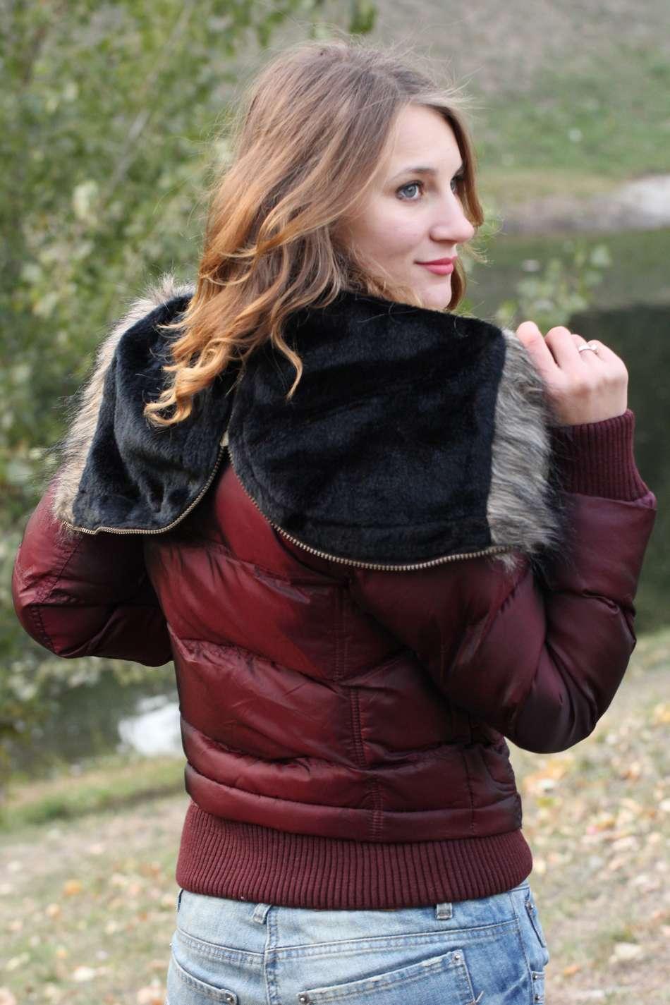 Ультрамодный бомбер куртка на утеплителе файбертек с меховым капюшоном-воротник