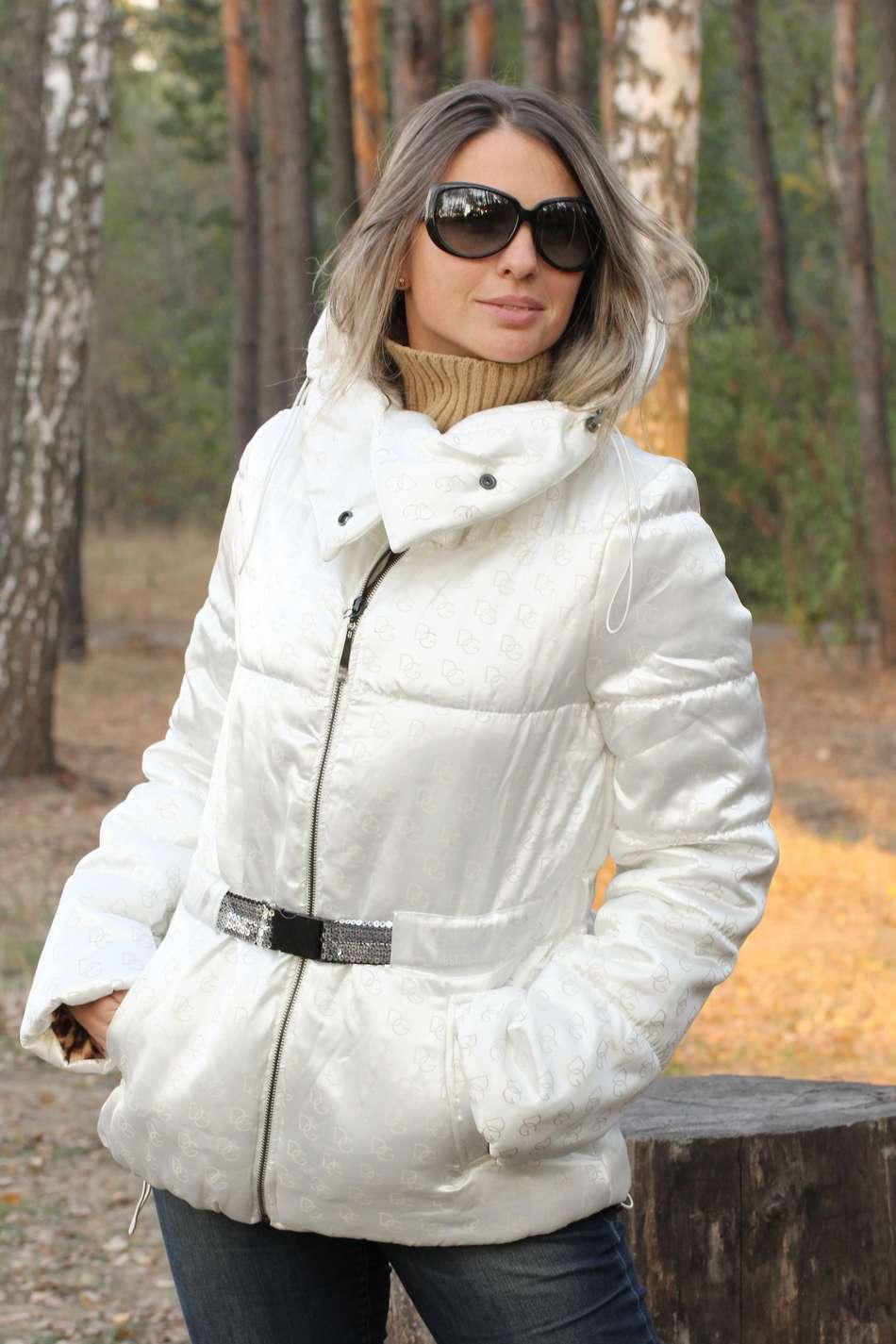 Белая куртка с высоким воротником из плотного атласа с утеплителем холлофайбер волюметрик