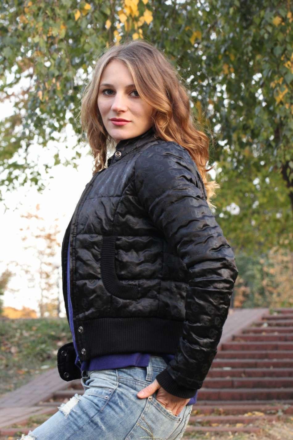 Бомбер черная стильная куртка из плотного атласа с оттиском логотипа на утеплителе тинсулейт