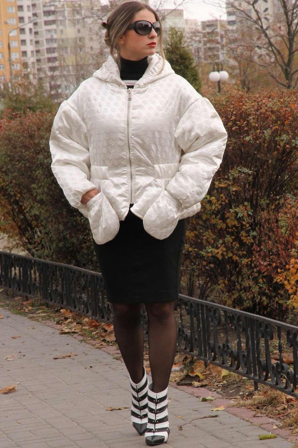 Оверсайз модная куртка с объемным рукавом из плотного атласа с оттиском логотипа на утеплителе тинсулейт