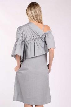 Серое платье в мелкий горошек с воланом по плечам