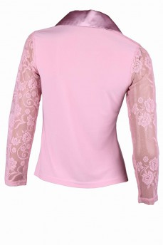 Блуза цвета фрез с атласным воротником и кружевными рукавами
