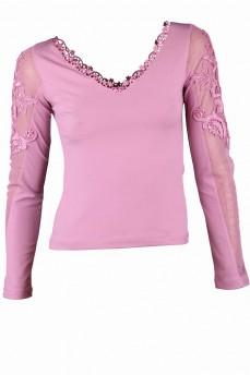 Блуза цвета фрез с кружевом по рукаву