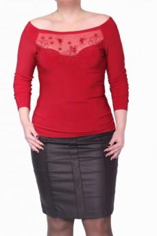 Блуза красная с цветочной апликацией и вырезом лодочка