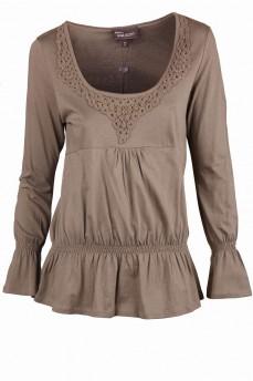 Блуза с баской и глубоким вырезом декорированным ажурным кружевом