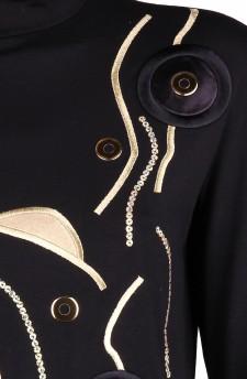 Гольф с вышивкой из золотой нити и фурнитурой под золото