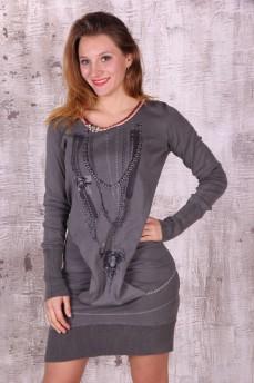 Платье оригинального кроя с принтом цепи, бусы
